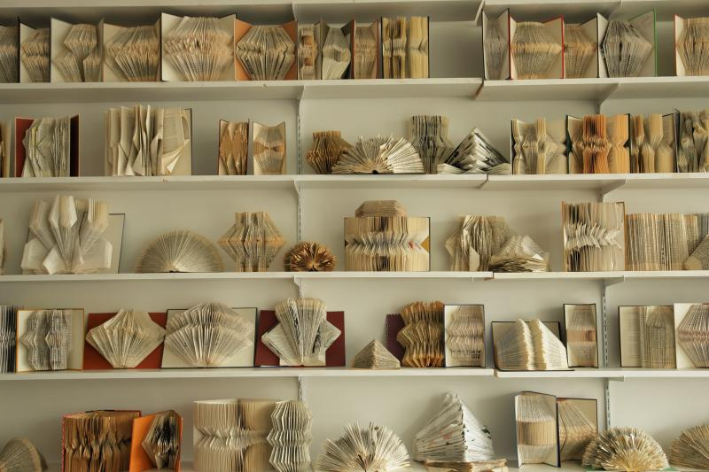 Book folding gretha scholtz for Art book decoration ideas